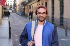 Ethnischer erwachsener Student, der zur Schule vorangeht lizenzfreie stockfotos