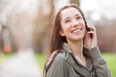 Ethnischer Kursteilnehmer am Telefon Stockfotografie