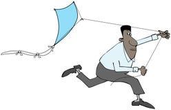 Ethnischer Mann, der einen Drachen fliegt Stockfotografie