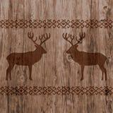 Ethnischer Nordic fasst Muster mit Rotwild auf realistischem Naturholzbeschaffenheitshintergrund ein Stockfotografie