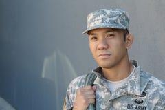 Ethnischer Soldat, der einen glücklichen Veteranentag hat lizenzfreie stockfotografie