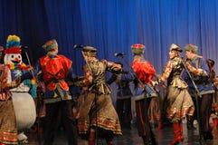 Ethnischer Tanz mit Schneemann von Olympischen Spielen 2014 Stockbild