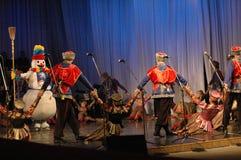 Ethnischer Tanz mit Schneemann von Olympischen Spielen 2014 Lizenzfreies Stockfoto
