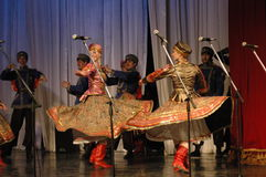 Ethnischer Tanz mit Schneemann von Olympischen Spielen 2014 Stockfoto