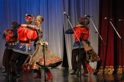 Ethnischer Tanz mit Schneemann von Olympischen Spielen 2014 Lizenzfreie Stockfotografie