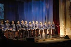Ethnischer Tanz mit Schneemann von Olympischen Spielen 2014 Lizenzfreie Stockfotos