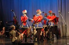 Ethnischer Tanz mit Schneemann von Olympischen Spielen 2014 Stockfotografie