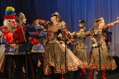 Ethnischer Tanz mit Schneemann von Olympischen Spielen 2014 Lizenzfreie Stockbilder