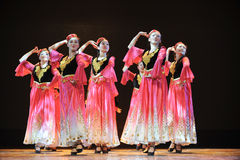 Ethnischer Tanz Xinjiangs: zu Ihr hijab auslösen stockfotografie