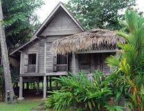 Ethnisches asiatisches Südosthaus auf Stelzen Stockfotos