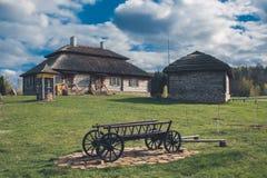 Ethnisches Haus auf ländlicher Landschaft - Geburtsort von osciuszko in Kossovo-Dorf, Weißrussland stockfotografie