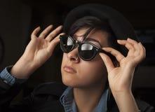 Ethnisches Mischmädchen-tragende Sonnenbrille stockfoto