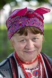 Ethno费斯特:传统-情感-生活 一名年长妇女,历史重建o的画象乌克兰全国衣裳的 免版税库存图片