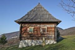 Ethno-byn i bergnatur parkerar Mokra Gora, Serbien Royaltyfri Foto