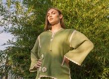 Ethno ubrania, outdoors, zielony kolor, jeden młody dorosłej kobiety posi Fotografia Royalty Free