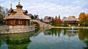 Ethno wioska Stanisici w Bośnia i Herzegovina, na Pavloviceva drodze, jesień sezon obrazy royalty free