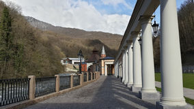 Ethnographic parkera i Krasnaya Polyana bland de Kaukasus bergen Arkivfoton