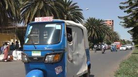 Etiópia, Bahir Dar, em janeiro de 2015, cena da rua com tuktuk filme