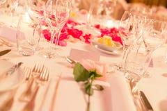 Etichetta bianca di nome sulla Tabella di cena fiorita di nozze con argenteria fotografie stock