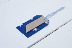 Etichetta blu e rossa del modello sulla parte anteriore di un bordo bianco Fotografie Stock Libere da Diritti