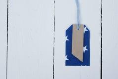 Etichetta blu e rossa del modello sulla parte anteriore di un bordo bianco Fotografia Stock