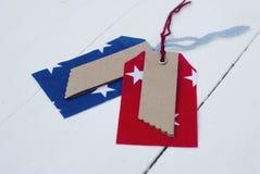 Etichetta blu e rossa del modello sulla parte anteriore di un bordo bianco Immagini Stock