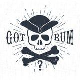 Etichetta d'annata strutturata disegnata a mano con l'illustrazione di vettore del cranio del pirata Immagine Stock Libera da Diritti