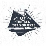 Etichetta d'annata strutturata disegnata a mano con l'illustrazione di vettore dell'yacht Fotografia Stock Libera da Diritti