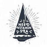 Etichetta d'annata strutturata disegnata a mano con l'illustrazione di vettore dell'yacht Immagine Stock Libera da Diritti
