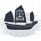 Etichetta d'annata strutturata disegnata a mano con l'illustrazione di vettore della nave Immagine Stock