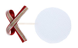 Etichetta d'attaccatura bianca del regalo tessuta cerchio con l'arco del nastro di rosso di vino Immagini Stock