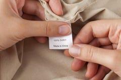 Etichetta dei vestiti cotone 100% Fatto in porcellana Fotografie Stock Libere da Diritti