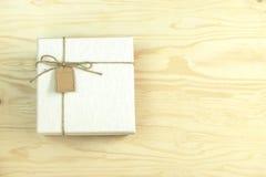 Etichetta del contenitore e del testo di regalo su fondo di legno Fotografia Stock