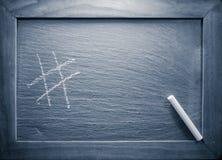Etichetta del hashtag di simbolo sulla lavagna con gesso con il filtro blu Fotografia Stock