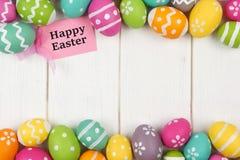 Etichetta del regalo con il confine del doppio dell'uovo di Pasqua contro legno bianco Immagini Stock Libere da Diritti