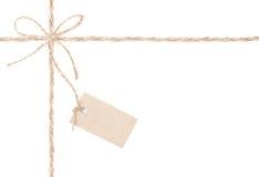 Etichetta dell'arco della corda. Iuta che si avvolge per il presente e fissare il prezzo. Fine su. Fotografia Stock Libera da Diritti