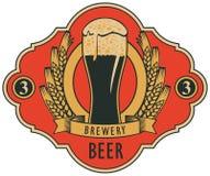 Etichetta della birra con vetro di birra, stemma illustrazione di stock