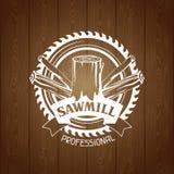 Etichetta della segheria con il ceppo e la sega di legno Emblema per silvicoltura ed industria del legname illustrazione vettoriale