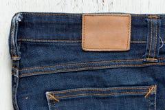 Etichetta di cuoio in bianco dei jeans sull'blue jeans Fotografia Stock