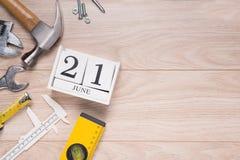 Etichetta di giorno di padri con gli strumenti ed il frame dei legami su legno Immagini Stock Libere da Diritti
