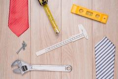 Etichetta di giorno di padri con gli strumenti ed il frame dei legami su legno Fotografie Stock Libere da Diritti
