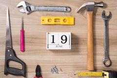 Etichetta di giorno di padri con gli strumenti ed il frame dei legami su legno Fotografia Stock
