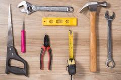 Etichetta di giorno di padri con gli strumenti ed il frame dei legami su legno Fotografia Stock Libera da Diritti