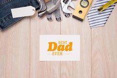 Etichetta di giorno di padri con gli strumenti ed il frame dei legami su legno Fotografie Stock
