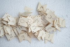 Etichetta di legno di alfabeto inglese Concetto di imparare e giocare immagine stock