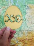 Etichetta di Pasqua sul globo Uovo di legno immagine stock libera da diritti