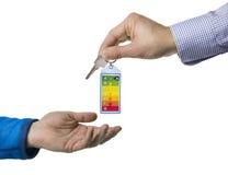 Etichetta e chiave di energia consegnate dall'agente immobiliare Fotografia Stock Libera da Diritti
