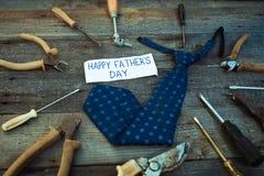 Etichetta felice del regalo di giorno di padri con il frame degli strumenti e dei legami su Rus Fotografia Stock