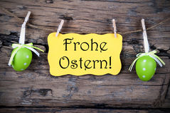 Etichetta gialla di Pasqua con Frohe Ostern Immagini Stock