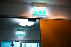 Etichetta luminosa dell'uscita di sicurezza Immagini Stock